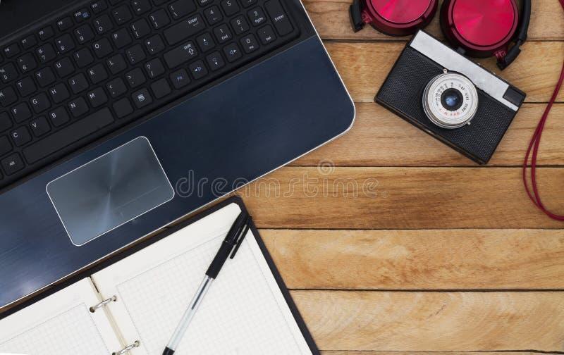 Χλεύη επάνω του γραφείου φωτογράφων με το lap-top στοκ φωτογραφίες