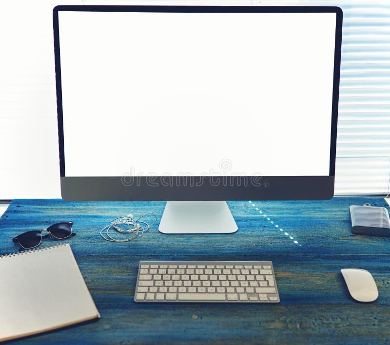 Χλεύη επάνω του υπολογιστή γραφείου γραφείων ή σπιτιών με τα εξαρτήματα και τα εργαλεία εργασίας στοκ φωτογραφία με δικαίωμα ελεύθερης χρήσης