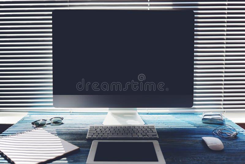 Χλεύη επάνω του υπολογιστή γραφείου γραφείων ή σπιτιών με τα εξαρτήματα και τα εργαλεία εργασίας στοκ εικόνες με δικαίωμα ελεύθερης χρήσης