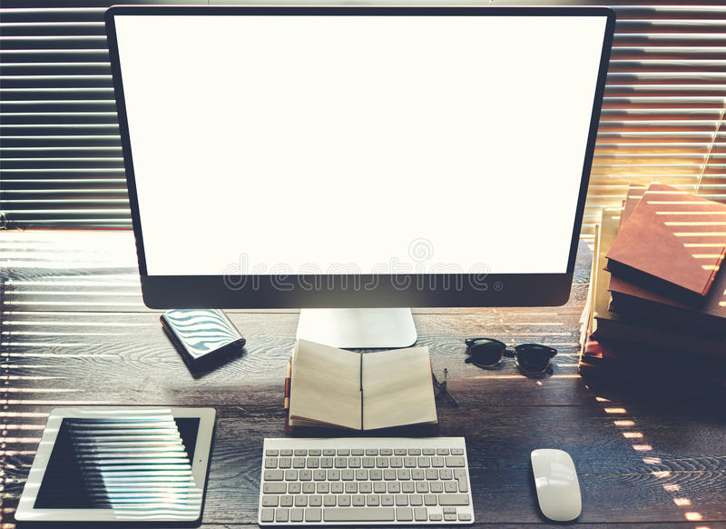 Χλεύη επάνω του υπολογιστή γραφείου γραφείων ή σπιτιών με τα εξαρτήματα και τα εργαλεία εργασίας στοκ φωτογραφίες