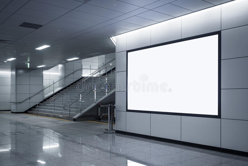 Χλεύη συστημάτων σηματοδότησης εμβλημάτων πινάκων διαφημίσεων επάνω στην επίδειξη στον υπόγειο με τα σκαλοπάτια στοκ εικόνες