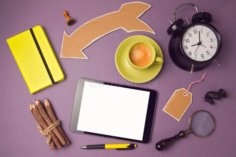 Χλεύη ταμπλετών επάνω στο πρότυπο με το φλυτζάνι καφέ και τα δημιουργικά αντικείμενα Δημιουργικό σχέδιο εμβλημάτων ιστοχώρου επάν στοκ φωτογραφία
