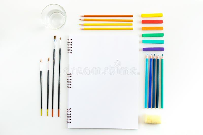 Χλεύη Skecthbook επάνω για το έργο τέχνης με τα χρώματα watercolor, κρητιδογραφίες, στοκ φωτογραφία με δικαίωμα ελεύθερης χρήσης