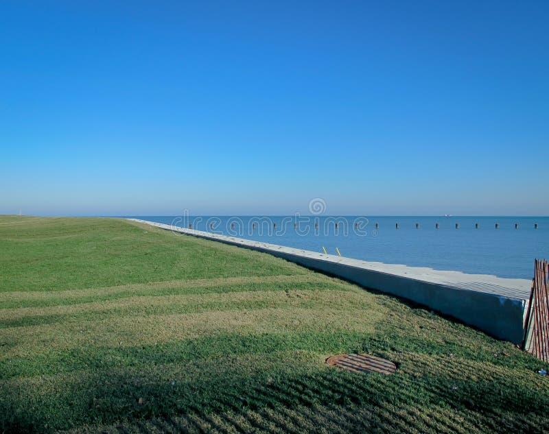 Χλοώδης ακτή λιμνών στοκ φωτογραφία με δικαίωμα ελεύθερης χρήσης
