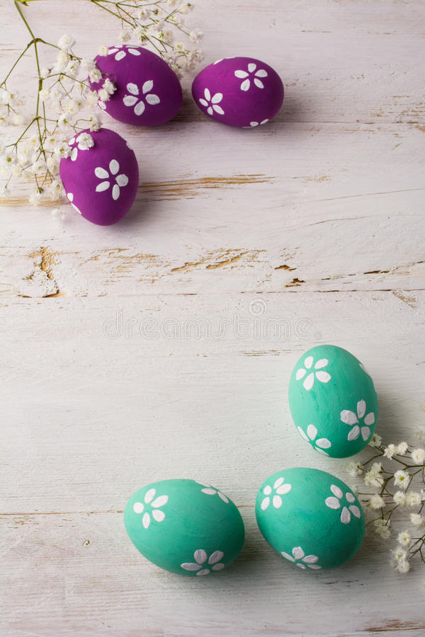 Χλωμά τυρκουάζ και ρόδινα διακοσμημένα αυγά Πάσχας στοκ εικόνες