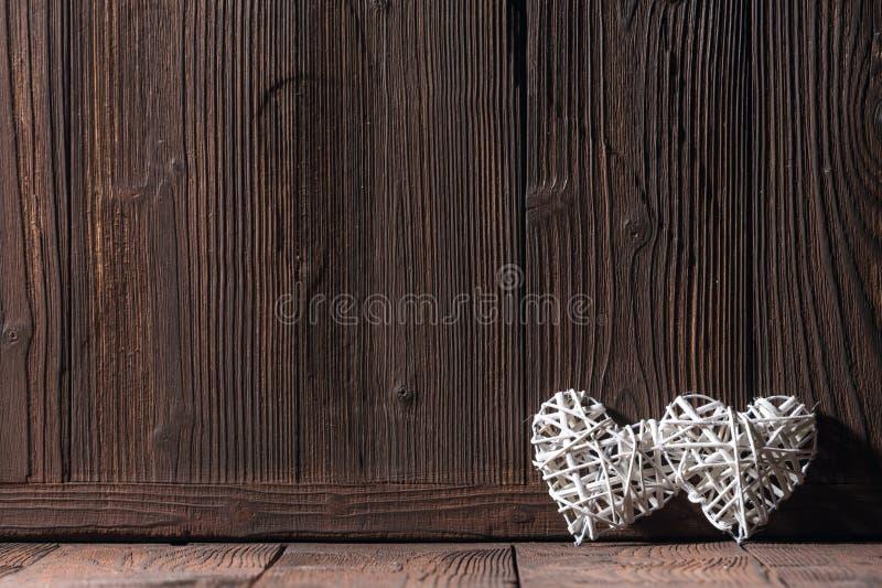 Ψάθινες καρδιές στο ξύλινο υπόβαθρο στοκ εικόνα με δικαίωμα ελεύθερης χρήσης