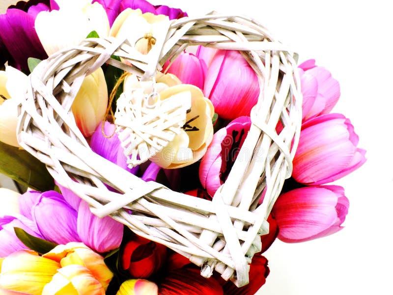 Ψάθινη έννοια ημέρας καρδιών και βαλεντίνων ` s λουλουδιών στοκ φωτογραφία