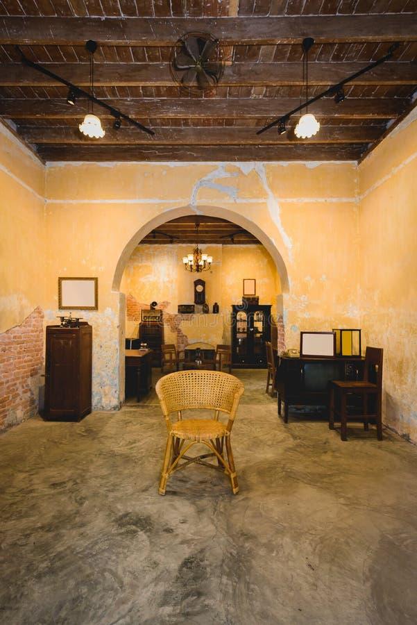 Ψάθινη καρέκλα στο μέσο ντεκόρ ύφους δωματίων αναδρομικό στοκ φωτογραφία με δικαίωμα ελεύθερης χρήσης