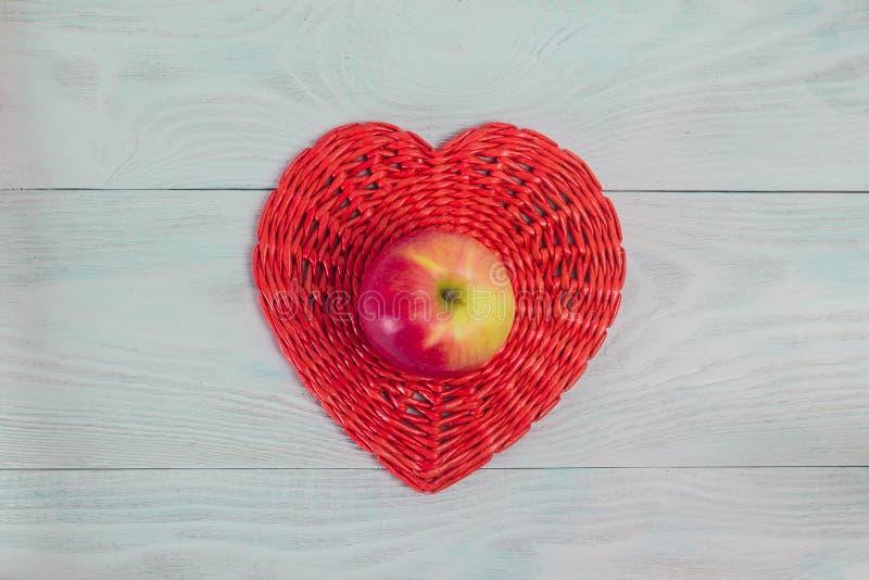 Ψάθινη κόκκινη καρδιά σωλήνων εγγράφου στους λευκούς ξύλινους πίνακες, την έννοια αγάπης και γάμου, ημέρα του βαλεντίνου, υπόβαθρ στοκ φωτογραφία με δικαίωμα ελεύθερης χρήσης