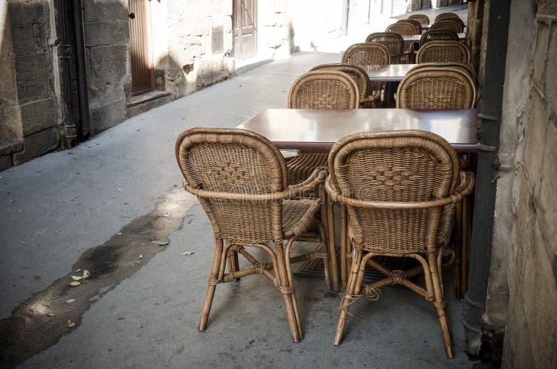 Ψάθινοι καρέκλες και πίνακες στοκ φωτογραφίες