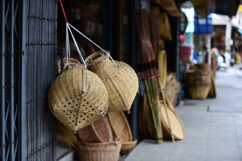 Ψάθινο καλάθι ινδικού καλάμου αγοράς Χέρι βιοτεχνίας ινδικού καλάμου ή μπαμπού - που γίνεται από το φυσικό καλάθι αχύρου στοκ εικόνες