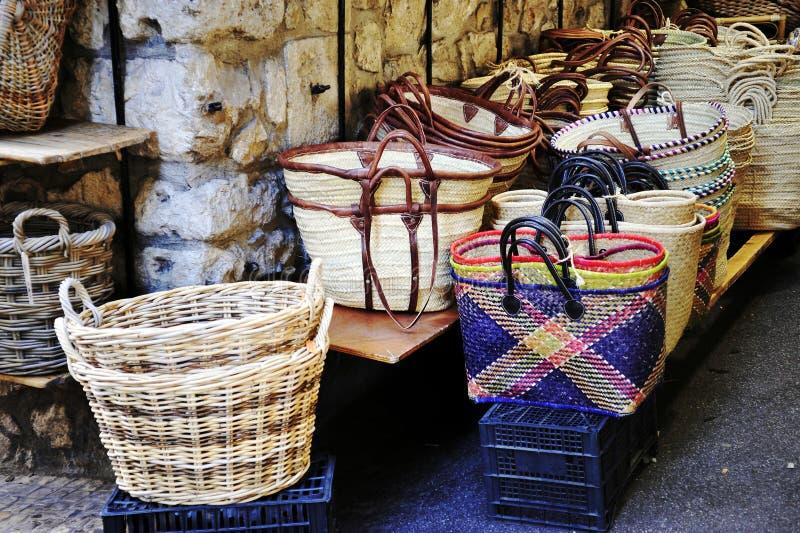 Ψάθινο καλάθι στην αγορά στοκ φωτογραφία με δικαίωμα ελεύθερης χρήσης