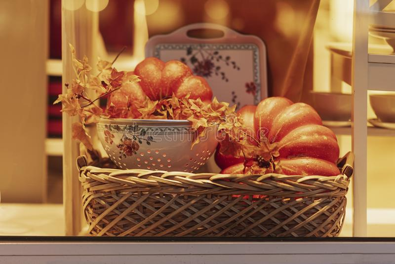 Ψάθινο καλάθι φθινοπώρου με το φύλλωμα και και τις κολοκύθες φθινοπώρου Διακοπές συγκομιδών, ημέρα των ευχαριστιών, αποκριές Διακ στοκ φωτογραφία με δικαίωμα ελεύθερης χρήσης