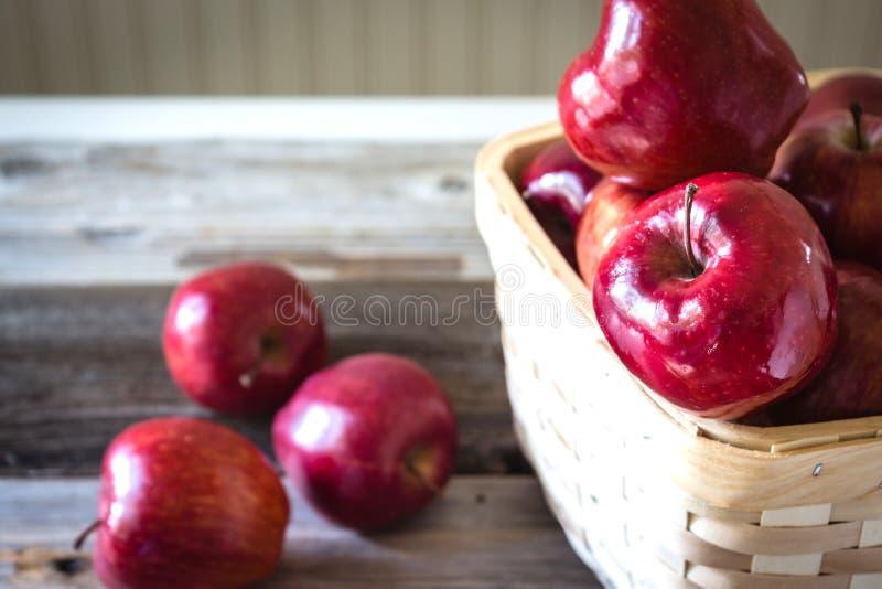 Ψάθινο σύνολο καλαθιών των κόκκινων μήλων στοκ φωτογραφία
