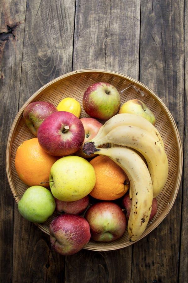 Ψάθινο σύνολο καλαθιών των διάφορων φρούτων στοκ εικόνα