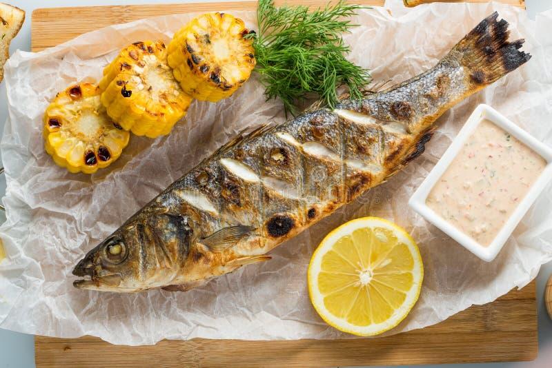 Ψάρια που ψήνονται στη σχάρα με τις πατάτες και το λεμόνι στοκ φωτογραφία με δικαίωμα ελεύθερης χρήσης