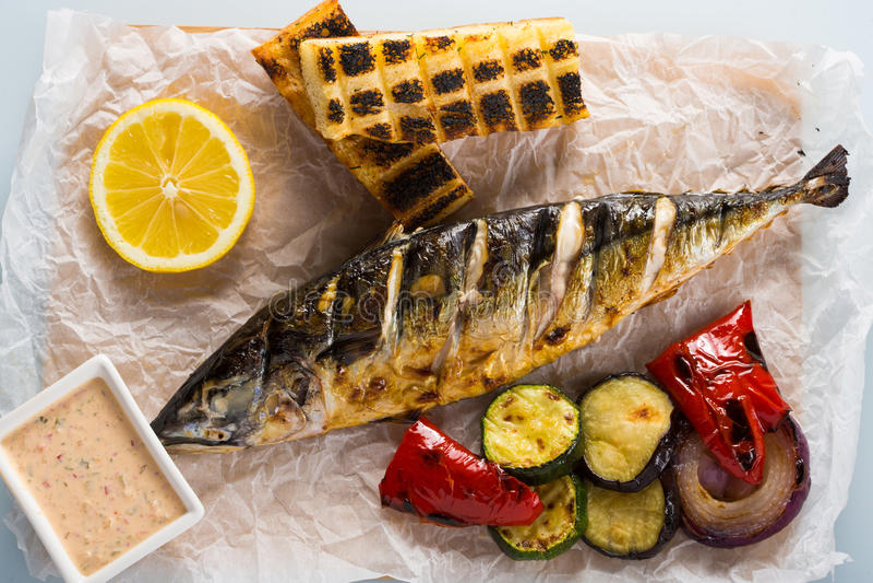 Ψάρια που ψήνονται στη σχάρα με τις πατάτες και το λεμόνι στοκ φωτογραφίες με δικαίωμα ελεύθερης χρήσης