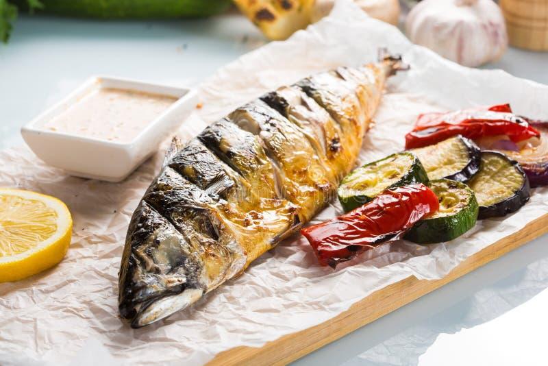 Ψάρια που ψήνονται στη σχάρα με τις πατάτες και το λεμόνι στοκ φωτογραφίες