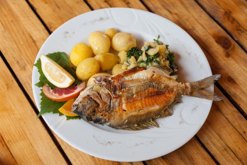 ψάρια που ψήνονται στη σχάρ&alp στοκ εικόνες με δικαίωμα ελεύθερης χρήσης