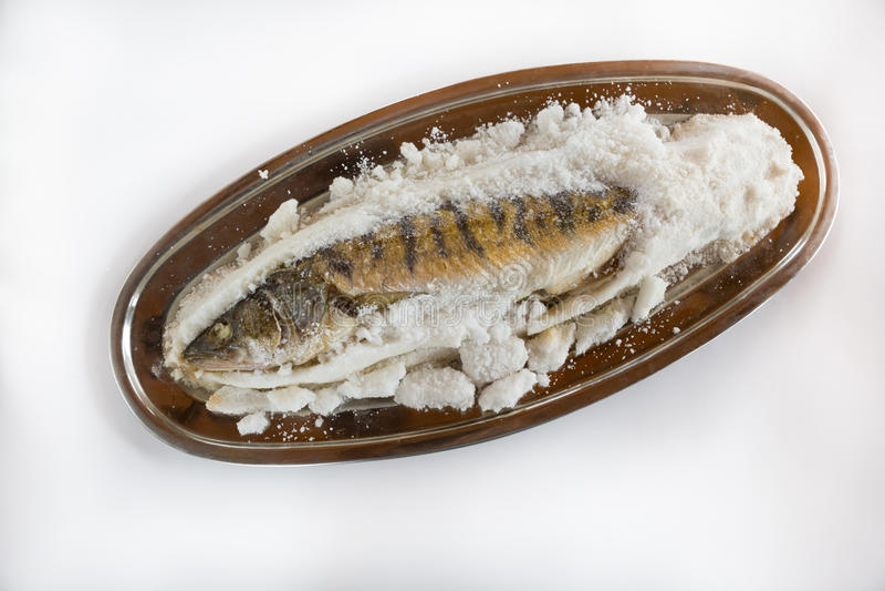 Ψάρια που ψήνονται στο άλας στοκ φωτογραφία