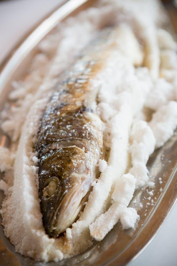 Ψάρια που ψήνονται στο άλας στοκ εικόνες