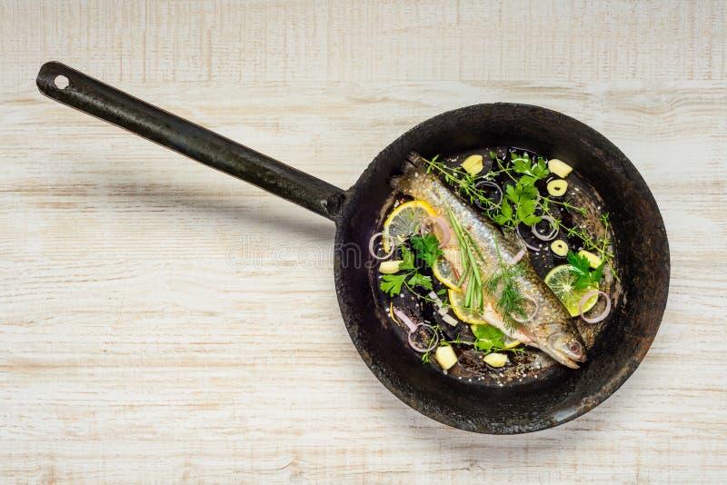 Ψάρια στο τηγάνισμα του τηγανιού στοκ εικόνες