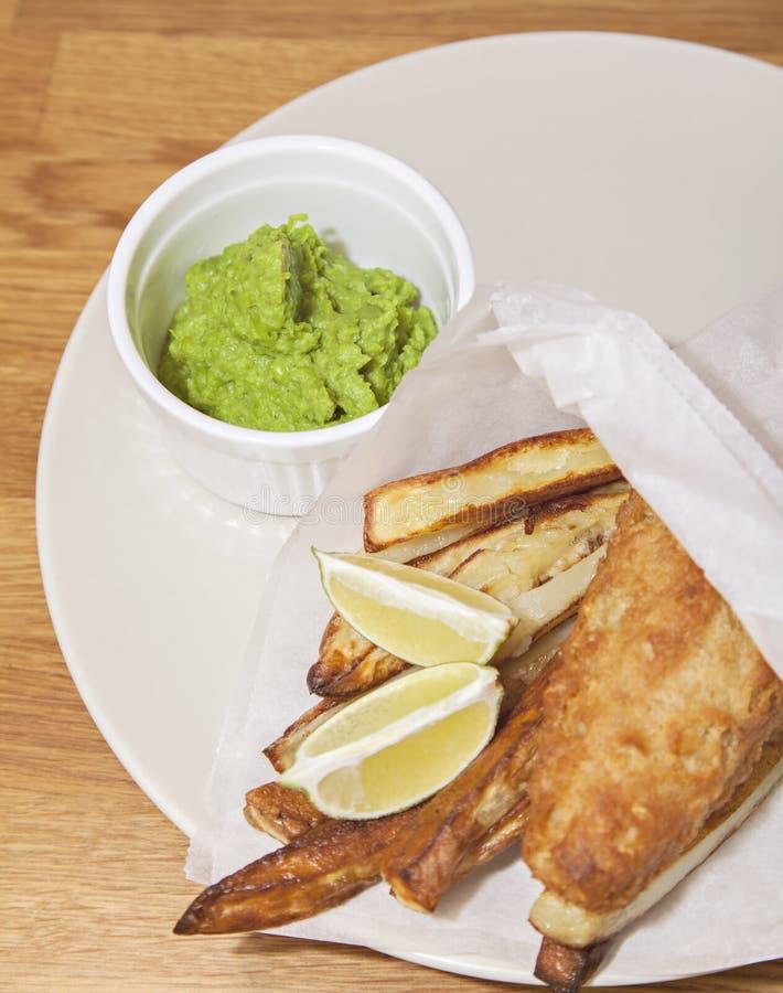Ψάρια & τσιπ με τα mushy μπιζέλια στοκ φωτογραφία με δικαίωμα ελεύθερης χρήσης