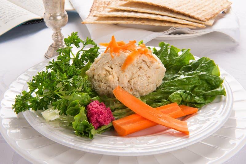 Ψάρια Gefilte με το φλυτζάνι, Matzah και Haggadah Kidduch στοκ φωτογραφία με δικαίωμα ελεύθερης χρήσης