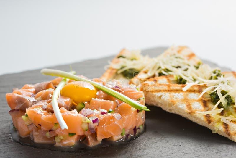 Ψάρια tartare με το αυγό ορτυκιών στοκ φωτογραφίες