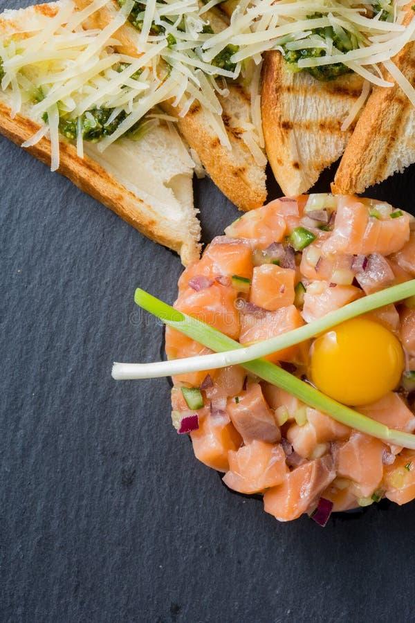 Ψάρια tartare με το αυγό ορτυκιών στοκ φωτογραφία με δικαίωμα ελεύθερης χρήσης