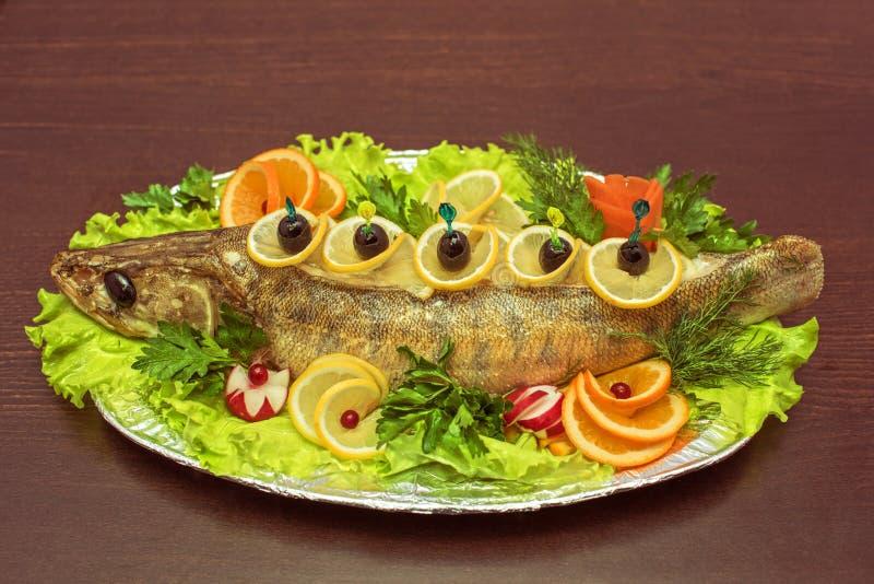 Ψάρια Zander που ψήνονται στοκ φωτογραφία
