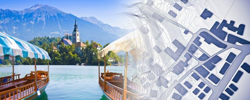 Ψάχνοντας ένα σπίτι στην αιμορραγημένη - Σλοβενία - εικόνα έννοιας με τις χαρακτηριστικές ξύλινες βάρκες, κάλεσε Pletna, στη διασ στοκ φωτογραφία