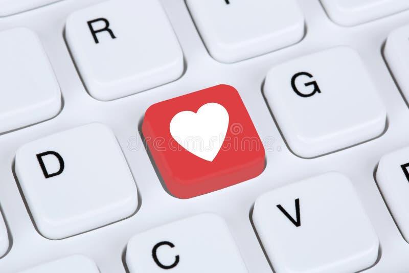 Ψάχνοντας το συνεργάτη και την αγάπη on-line στο διαδίκτυο που χρονολογεί τον υπολογιστή στοκ φωτογραφία με δικαίωμα ελεύθερης χρήσης