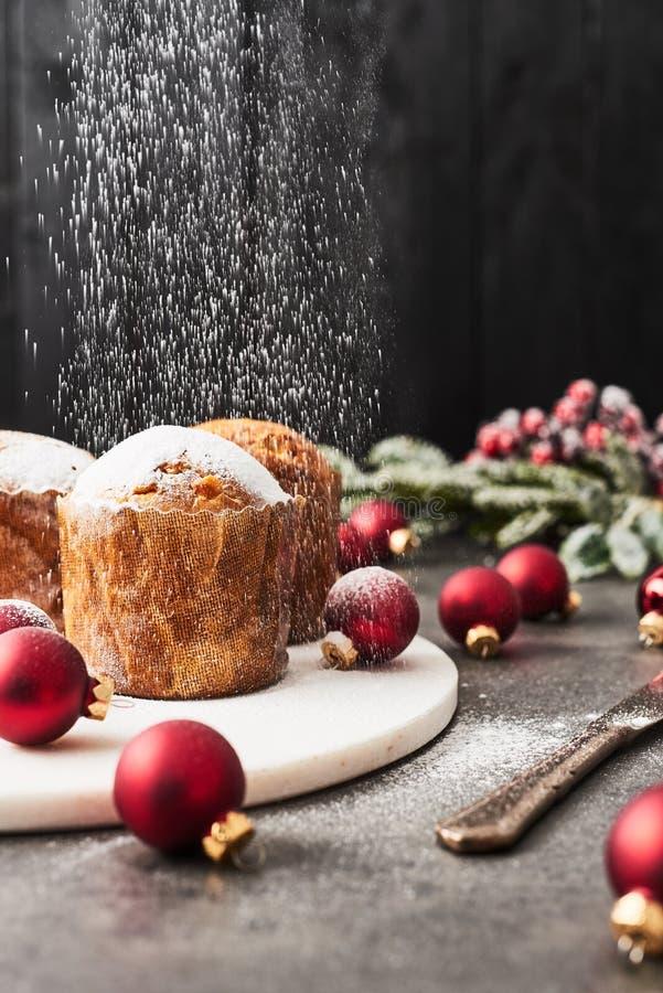 Ψέκασμα της κονιοποιημένης ζάχαρης κατά τη διάρκεια των Χριστουγέννων Panettone στοκ εικόνες