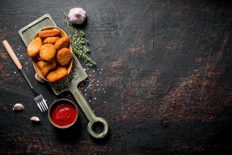 Ψήγματα κοτόπουλου με το σκόρδο, τη σάλτσα ντοματών και το θυμάρι στοκ εικόνα