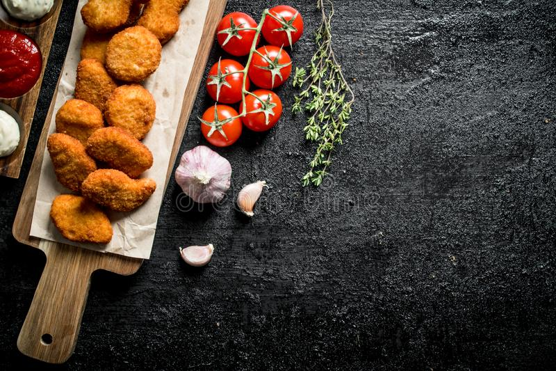 Ψήγματα κοτόπουλου σε έναν πίνακα κοπής με το έγγραφο, το κεράσι, το σκόρδο και το θυμάρι στοκ φωτογραφία με δικαίωμα ελεύθερης χρήσης