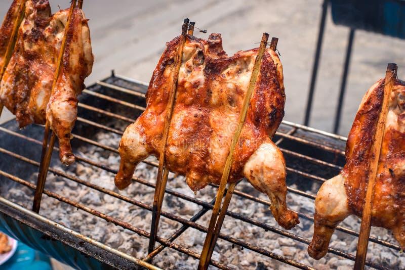 Ψήνοντας κοτόπουλο, ψημένος στη σχάρα χωρικός κοτόπουλου, ταϊλανδικά τοπικά τρόφιμα στοκ εικόνες
