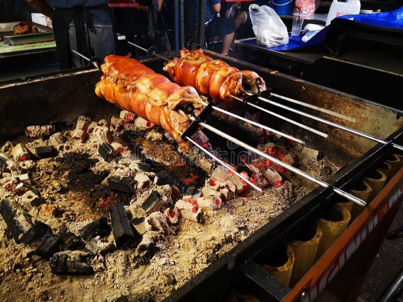 Ψήσιμο στη σχάρα των εύγευστων μπριζολών χοιρινού κρέατος σε μια ανοικτή ξύλινη πυρκαγιά στοκ εικόνες