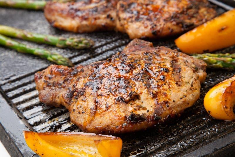 Ψήσιμο στη σχάρα των μπριζολών χοιρινού κρέατος στοκ εικόνες