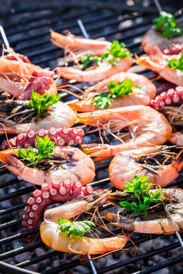 Ψήσιμο στη σχάρα των νόστιμων οβελιδίων θαλασσινών με το λεμόνι και το μαϊντανό στοκ εικόνες με δικαίωμα ελεύθερης χρήσης