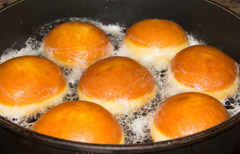 Ψήσιμο Donuts σε ένα τηγάνι στοκ φωτογραφία με δικαίωμα ελεύθερης χρήσης
