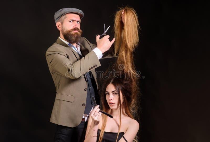 Ψαλίδι κουρέων Ο κομμωτής κάνει hairstyle μια γυναίκα με μακρυμάλλη Ο κύριος κομμωτής hairstyle και ύφος με στοκ φωτογραφία με δικαίωμα ελεύθερης χρήσης