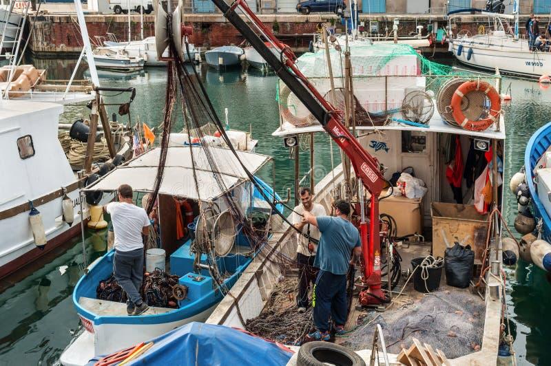 Ψαράδες και αλιευτικά σκάφη στο λιμένα της Γένοβας, Ιταλία στοκ εικόνες