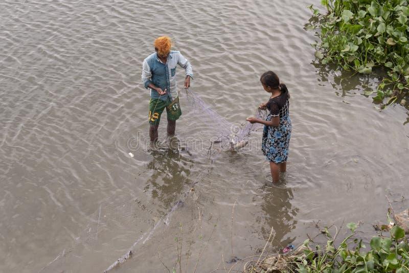 Ψαράδες που αλιεύουν στον ποταμό στοκ φωτογραφία με δικαίωμα ελεύθερης χρήσης