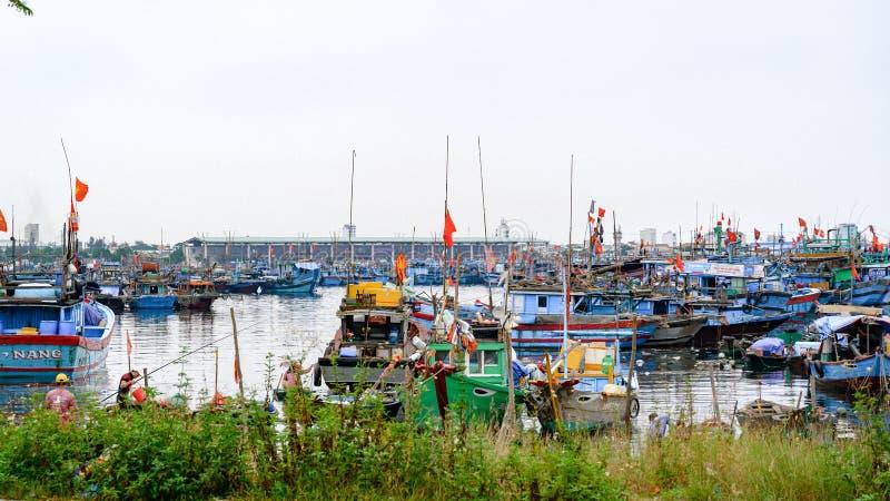 Ψαράδες που ζουν στις βάρκες στη θάλασσα στη DA Nang, Βιετνάμ στοκ εικόνα