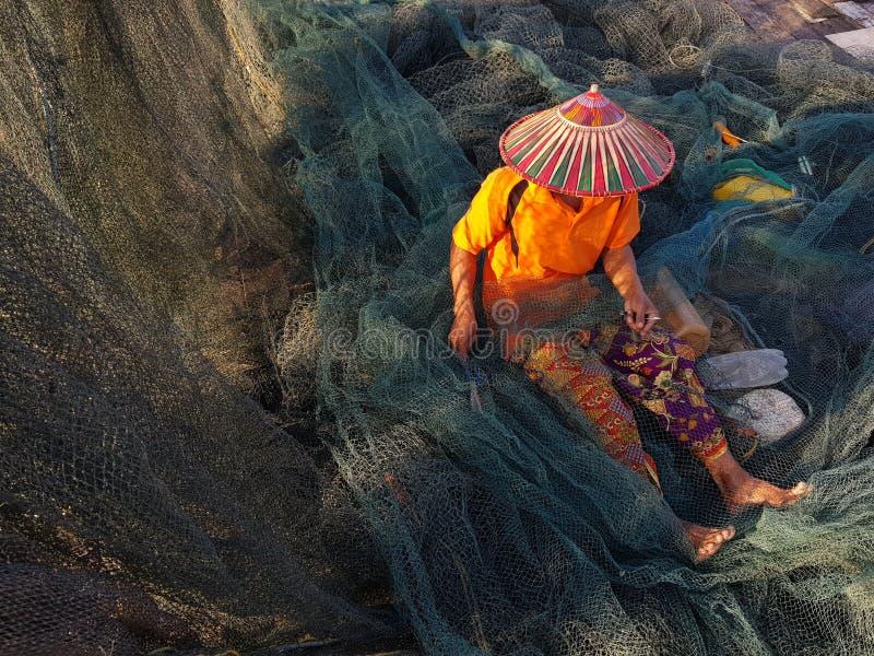 Ψαράδες που ράβουν το δίχτυ του ψαρέματος στοκ εικόνες με δικαίωμα ελεύθερης χρήσης