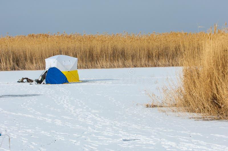 ψαράδες Χειμώνας Σκηνή για τη χειμερινή αλιεία Κάλαμοι σε ένα παγωμένο Λα στοκ φωτογραφίες
