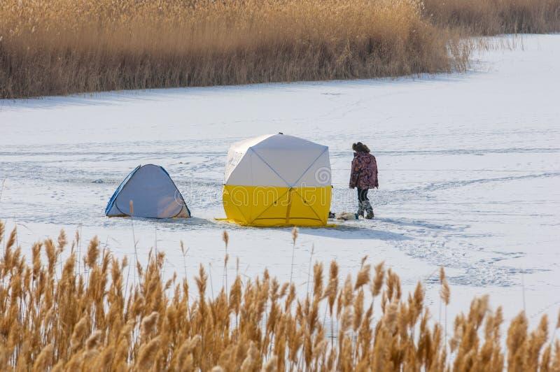 ψαράδες Χειμώνας Σκηνή για τη χειμερινή αλιεία Κάλαμοι σε ένα παγωμένο Λα στοκ φωτογραφία με δικαίωμα ελεύθερης χρήσης