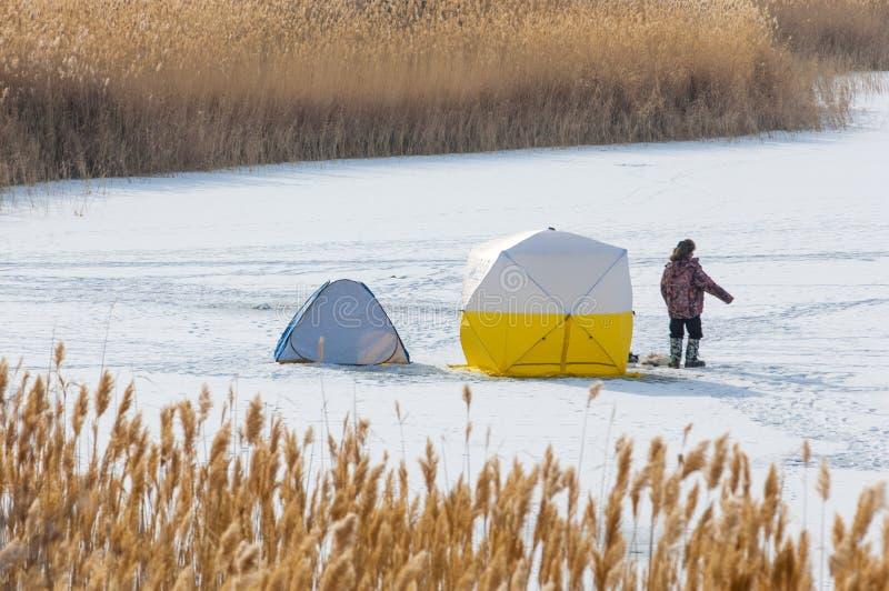 ψαράδες Χειμώνας Σκηνή για τη χειμερινή αλιεία Κάλαμοι σε ένα παγωμένο Λα στοκ εικόνες με δικαίωμα ελεύθερης χρήσης