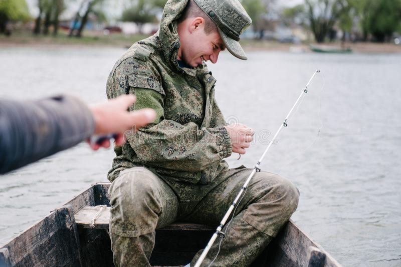 Ψαράς από πιασμένο γάντζος στενό τον επάνω ψαριών στοκ εικόνες με δικαίωμα ελεύθερης χρήσης